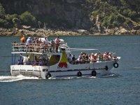 barco lleno de turistas navegando