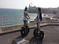 chicas paseando en segway por la costa