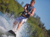 chico joven practicando esqui acuatico