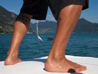准备在一条船上滑行,一名年轻男子练习滑水