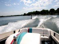 parte de una barca con un joven practicando esqui acuatico