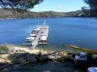 观察圣胡安水库与停泊船
