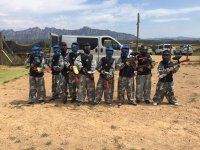 Grupo infantil de paintball con mascaras