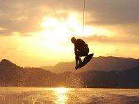 滑水男子日落背景跳跃