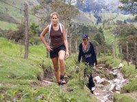 两名女子在山中徒步旅行