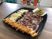 Plato con aperitivos en Navalcarnero