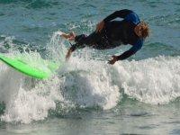 从冲浪板上划水冲浪