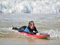 女孩学习用显示器冲浪