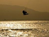 Kitesurf con la puesta de sol