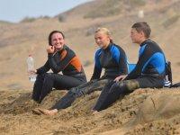 坐在沙滩上的冲浪者