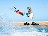 Acrobacias con la tabla de kite