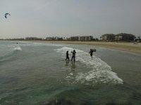 Aprendiendo kite con los pies en el agua