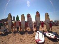 Apoyando las tablas de sup en la playa
