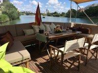 Mesas y sofas a bordo
