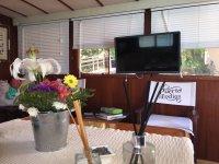 Salon con televisor en el barco
