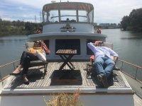 Tumbados en el barco en el Guadalquivir