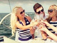 Brindis en el barco en Barcelona