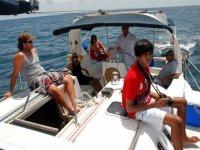 Excursion familiar en barco en Barcelona