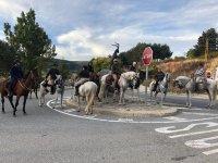 A caballo en la entrada del pueblo