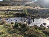Cruzando el rio de Piedralaves a caballo