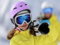携带滑雪设备的女孩