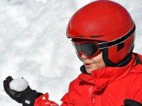 带雪球的孩子手--999-在缆车滑雪