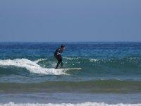 Studente che avanza nelle sue lezioni di surf