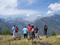Ciclistas viendo el paisaje