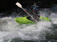 En la canoa de aguas bravas