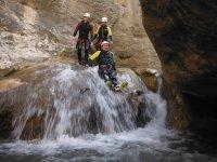 Resbalando por la roca mojada