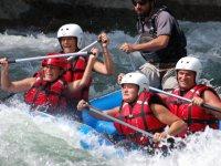 Familia descendiendo el rio