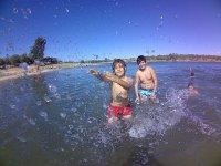 Jugando con el agua en el campamento de Aljucen