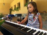 Tocando el piano en el campamento de Aljucen