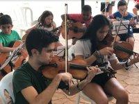 Tocando el violin en el campamento en Aljucen
