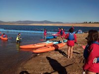 Haciendo kayak en embalse