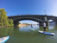Cruzando el puente de Triana en sup