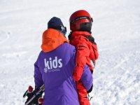 女孩穿着滑雪的材料