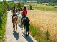 recorriendo un sendero a caballo