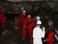Siguiendo al monitor por el interior de la cueva