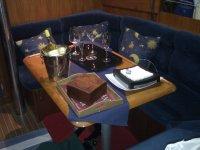 Interior del barco tapizado en azul
