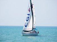 velero navegando por el mediterraneo