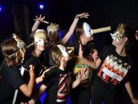 Actuacion con mascaras campamento Salamanca