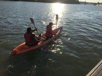 日落时乘坐皮划艇