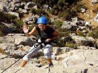 爬在岩壁上.JPG
