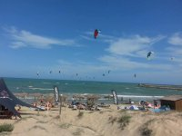 La spiaggia con gli aquiloni nel cielo