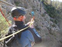 Hooking up the lifeline in carabiner