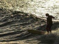 冲浪在赫罗纳的日落
