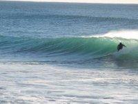 波浪冲浪的男人