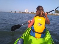 En kayak navegando al Castillo de Sancti Petri