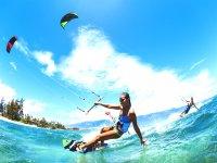 Chica haciendo kite en la costa